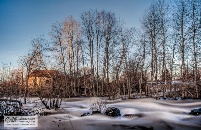 Puoliksi romahtanut mylly auringon ensi säteissä Myllykosken vieressä.  -Tonemapped, ND3 filter, 25 sec, f/6.3 - An abandoned mill in the first rays of sun, next to Myllykoski (mill rapids).