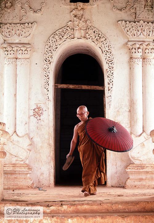 198709 burmese monk