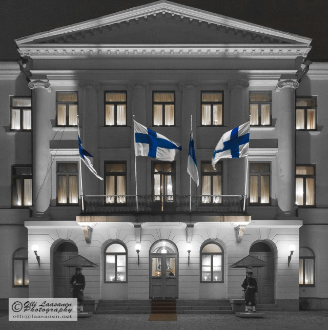 Presidentinlinnan pääovi itsenäisyyspäivänä 2005. The main entrance of the presidential residence at the Independence Day 2005.