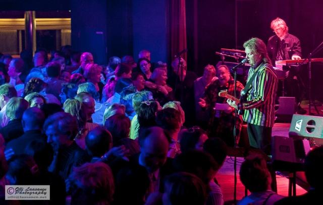 Yleisö on puolihurmiossa Pepe Willbergin Back to the 60's -risteilyllä maaliskuussa 2006.