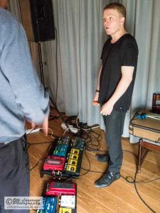 Pekka Kuusisto esittelee sähköisiä 'työkalujaan'.