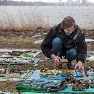 Virolainen taiteilija Erki Kasements työnsä ääresssä - säästä piittaamatta.