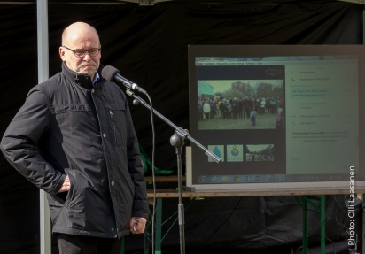 Ympäristöjohtaja Esa Nikunen valmiina avaamaan Helsingin tilaisuuden.