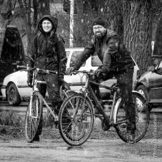 Pyöräilijöitä pysähtyi kuuntelemaan hienoa musiikkia.